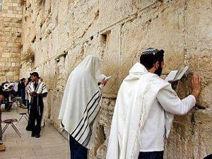 Židia sa modlia pri Múre nárekov