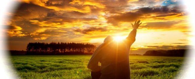 El hombre de rodillas con la mano extendida hacia el cielo como el sol