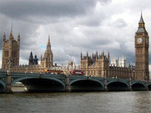 Parlament in London from across the Thames