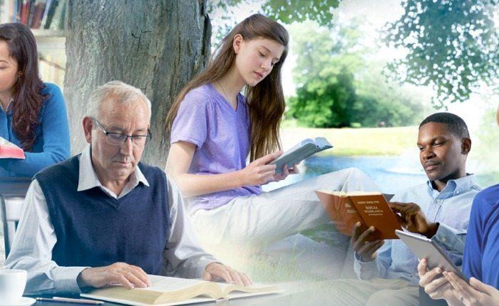 Свидетели Иеговы читают Библию